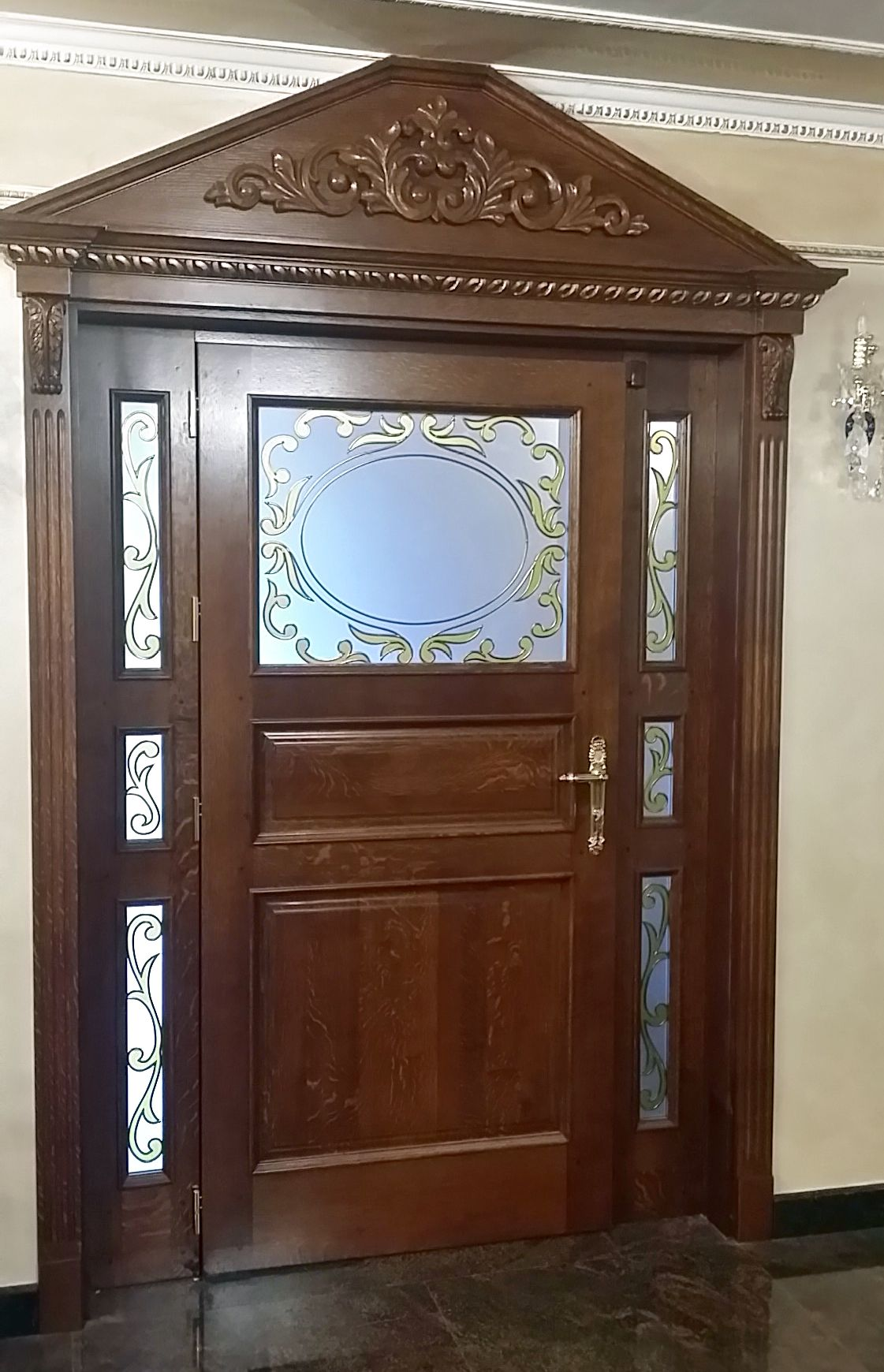 interiorna-vrata-ot-db-s-rezba-pozlata-i-vitrazh